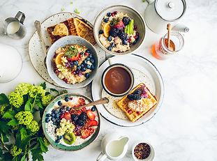 Assiettes de nourriture disposées sur une table