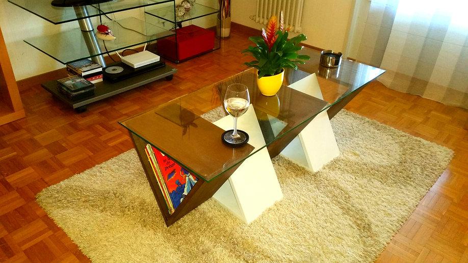 Table basse triangulaire en chêne massif teinté et laqué blanc. Dessus en verre.