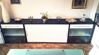 Vaisselier en chêne massif teinté, portes coulissantes et tiroirs laquées blanc