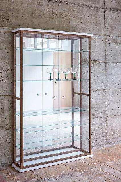Vitrine de collection en chêne massif teinté, laque blanche, verre et miroir.