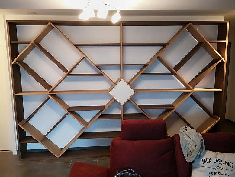Bibliothèque de salon en chêne plaqué, teinté. Porte central blanche à ouverture mécanique.