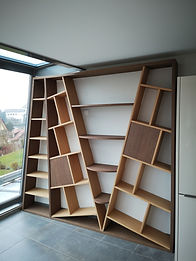 Bibliothèque en chêne plaqué et teinté. Deux portes de rangement à ouverture mécanique.  Ajusté à la baie vitrée