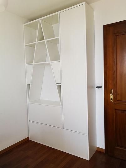 Armoire sur-mesure avec 5 pores affleurées et divers espaces de rangements.