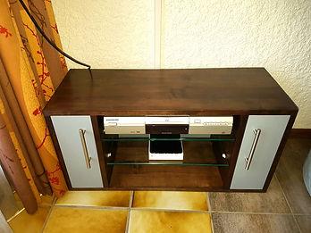 Meuble TV en Aulne massif teinté et laqué gris. 2 tablettes vitrées et 2 portes