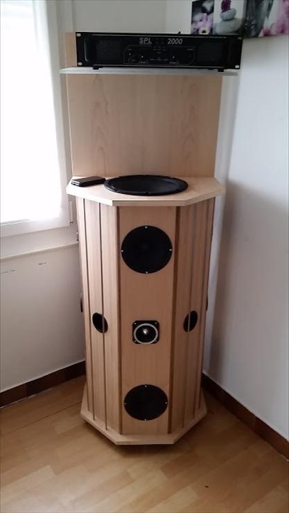 Colonne acoustique en Erable et Noyer. Diffusion du son à 180°