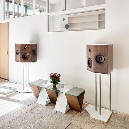 Agencement acoustique et table basse en chêne massif teinté et laque blanche