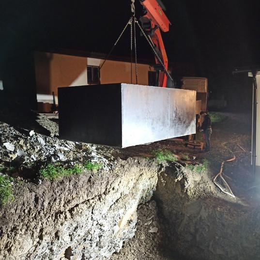 Usazení betonové jímky