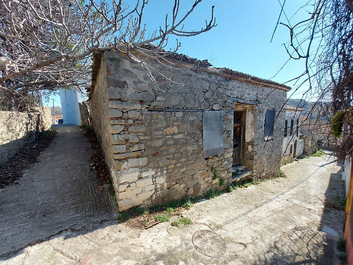 80sqm house for sale with a 130sqm yard in Eressos needs repair