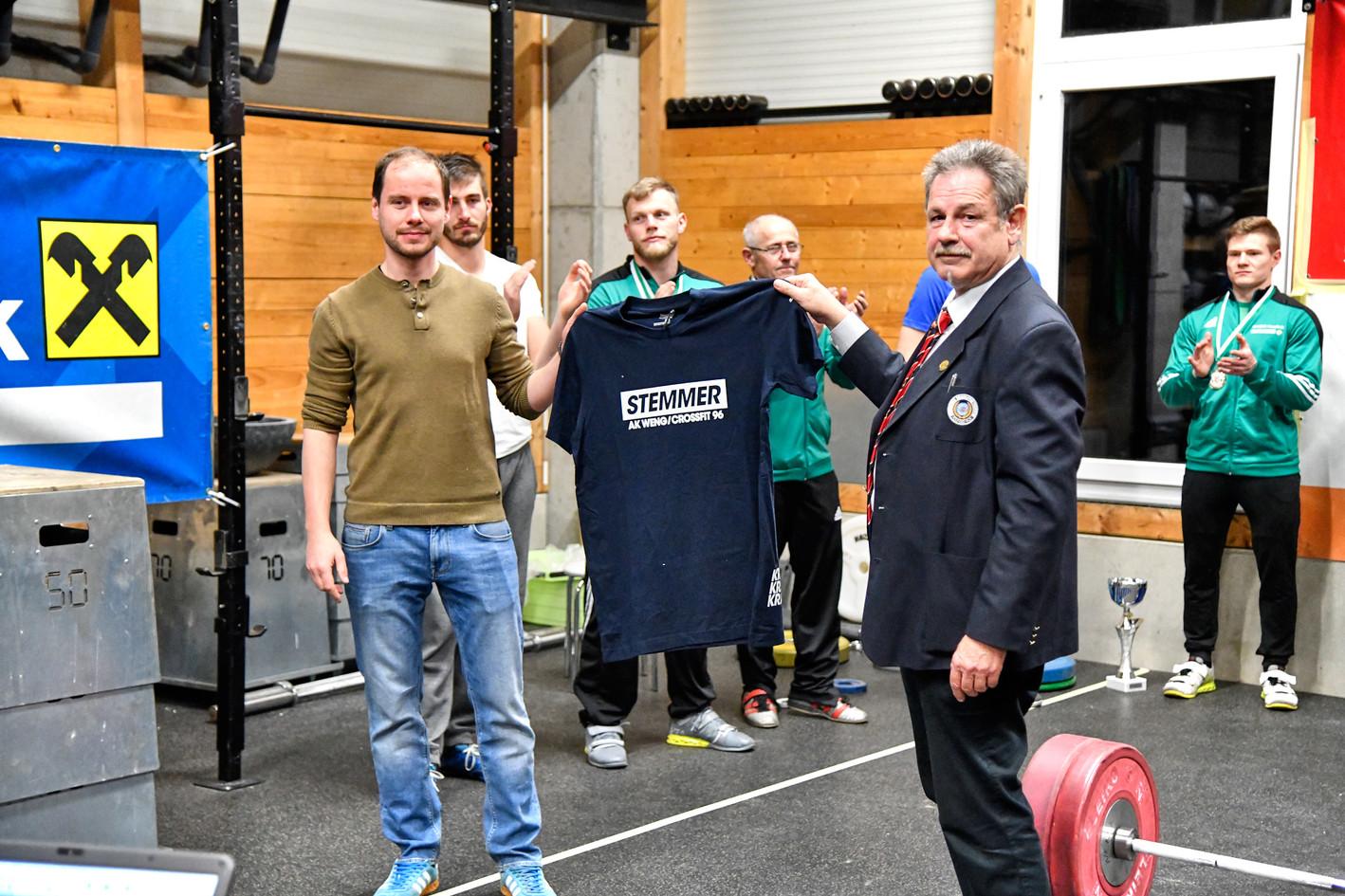 T-Shirt-Uebergabe.jpg