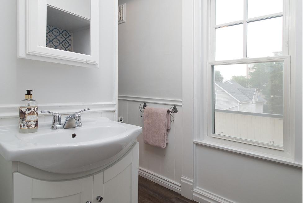 32 Bath Laundry 05.jpg