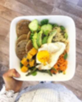 Salade bowl vegetarien sans gluten sans lactose quinoa sarrasin oeuf carotte cru butternut légumes poêlé avocat graine courge sésame mâche coco