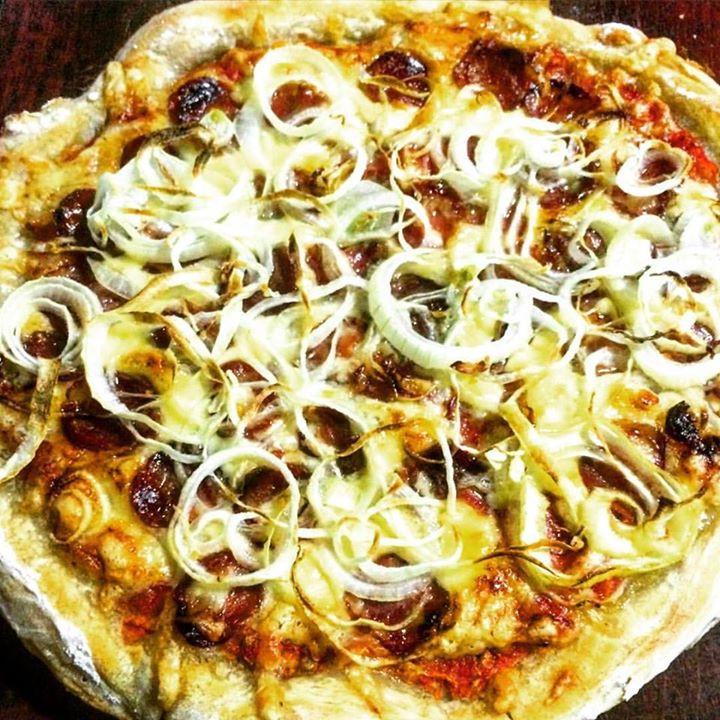 Pizza caseira de calabresa: melhor que delivery