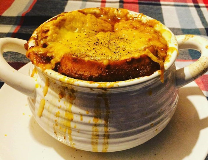 Sopa gratinada de cebola para espantar o frio
