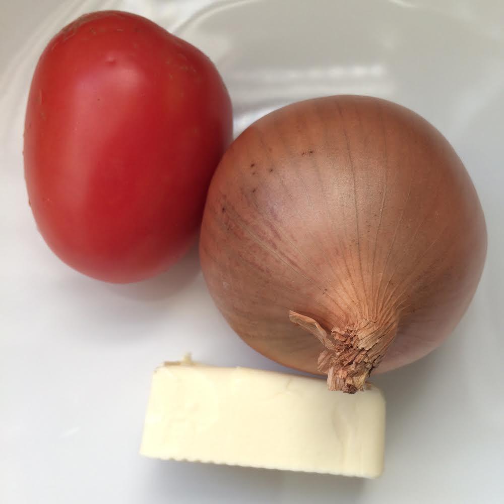 O trio calafrio: cebola, tomate e manteiga