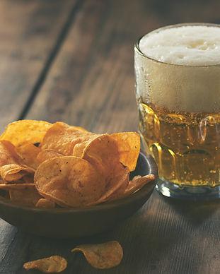 Chips de pommes de terre et une bière