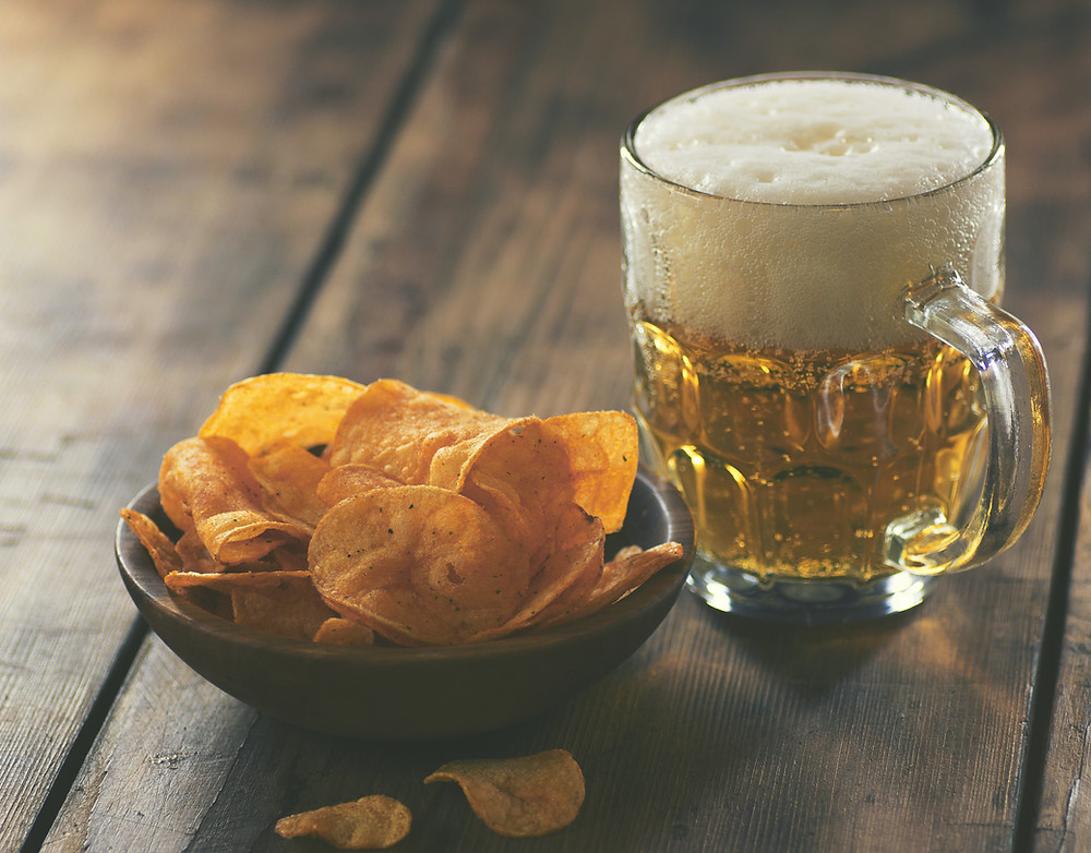 beer with a bowl of potato chips