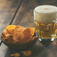 Картофельные чипсы и пиво