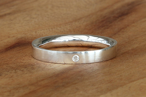 Diamond ring with a comfort fit