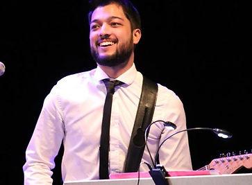 Wesley à la guitare lors d'un concert