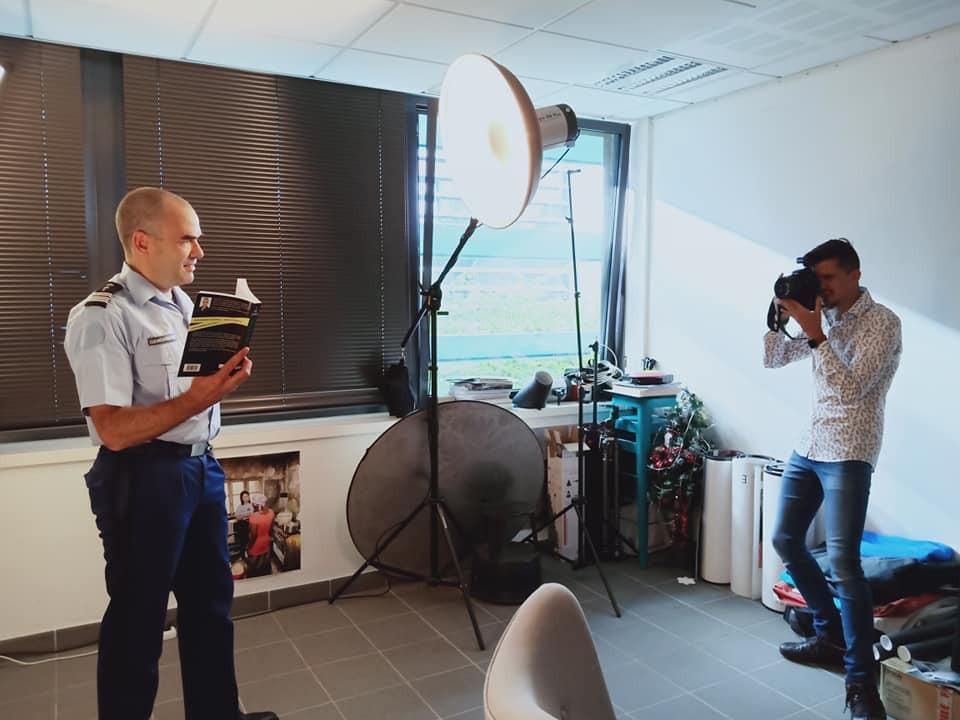 Shooting dans les locaux du service de presse de la gendarmerie. Sous les flashs de Florent Garcia.