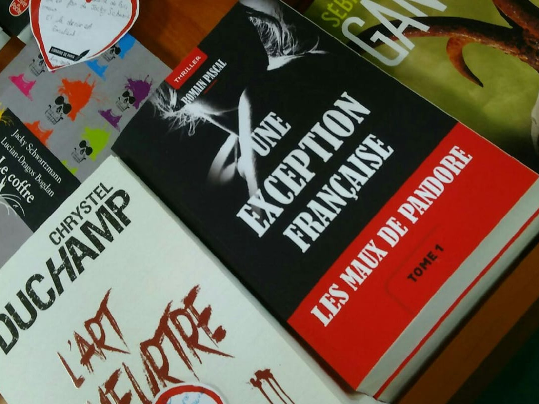 Sur les tables de la Libraire de Paris à Saint-Etienne.