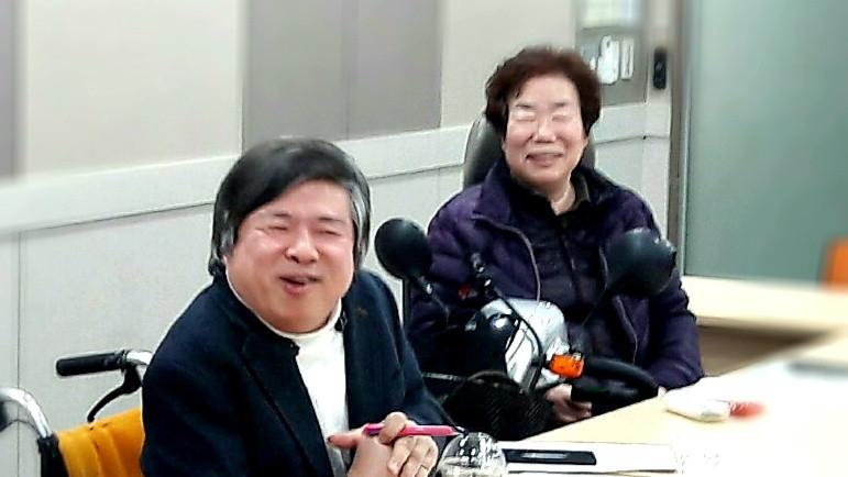 자조모임에서 웃으며 이야기하고 있는 김재익 소장