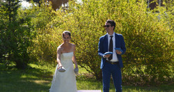 Une mariée qui joue au cornhole
