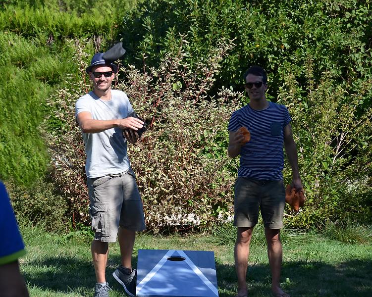 deux-joueurs-de-cornhole.webp