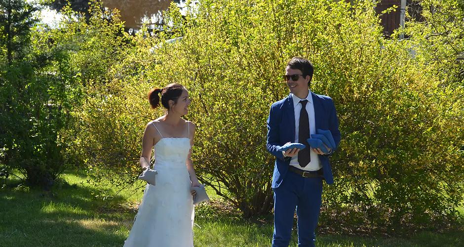 Mariés qui jouent aux cornhole