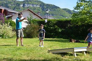 Un père et son fils jouent au cornhole