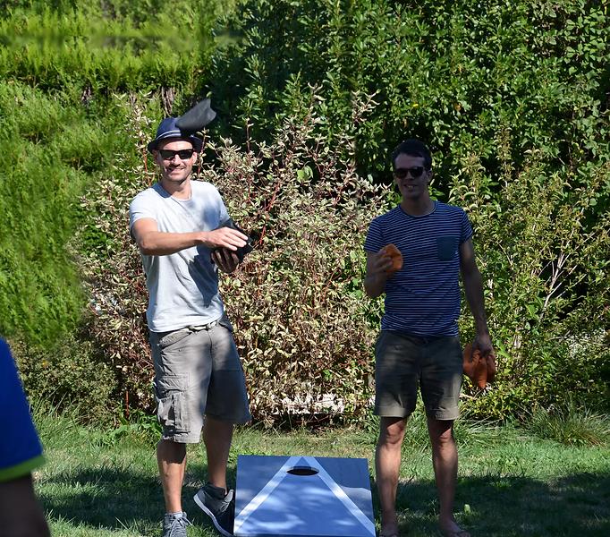 2 joueurs de cornhole