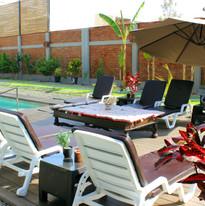 Zona de sol y piscina