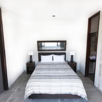 Habitación con cama matrimonial de apartamento de un piso.