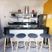 Cocina equipada con acabados modernos.