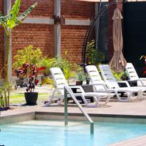 Zona de sol y piscina con tumbonas