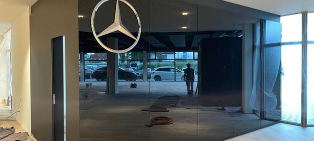 """Diese glänzende Wand wird Teil unserer neuen """"Greeting Area"""". Hier werden Sie künftig von zwei Mitarbeiterinnen vom Wormser Team begrüßt"""