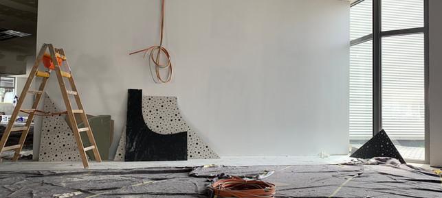 Im Verkaufsraum geht es auch voran. Deckenplatten werden u.a. montiert.
