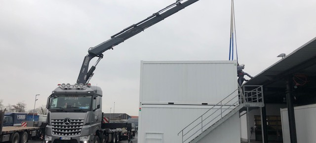 Achtung! Die Container kommen...Stilecht geliefert von einem Mercedes-Benz Actros