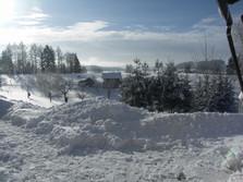 A zima to všechno vyřeší po svém, sníh je všude bílý. To nám ve městech mohou jen závidět.