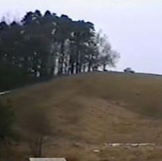 Obrázek z videa (ne moc kvalitní) ukazuje panenský stav kopce.