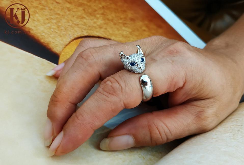 Chiếc nhẫn mèo Elf đặc biệt trên tay chị Elena