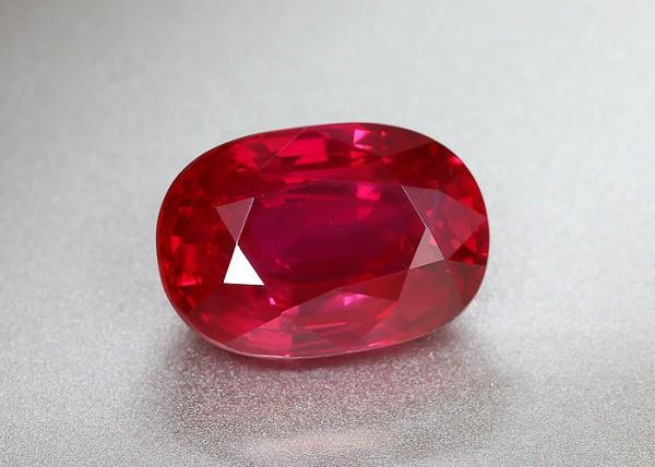 Viên Ruby rực rỡ với sắc đỏ huyết bồ câu