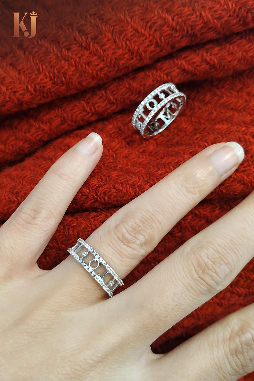 Nhẫn cưới độc đáo với một mặt là ký tự tên riêng, một mặt là ngày cưới số La Mẫ