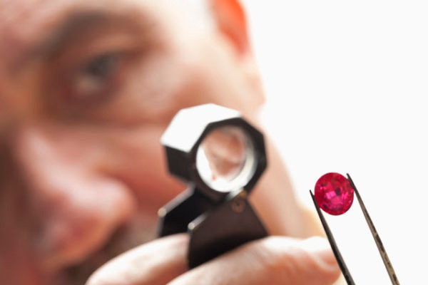 Sử dụng kính lúp chuyên dụng để kiểm tra đá Ruby