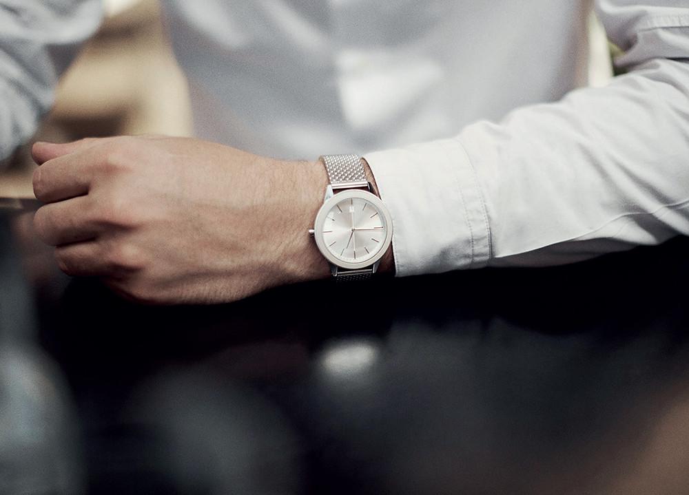 Một chiếc đồng hồ thanh lịch và vừa vặn nâng tầm phong cách cho chàng công sở