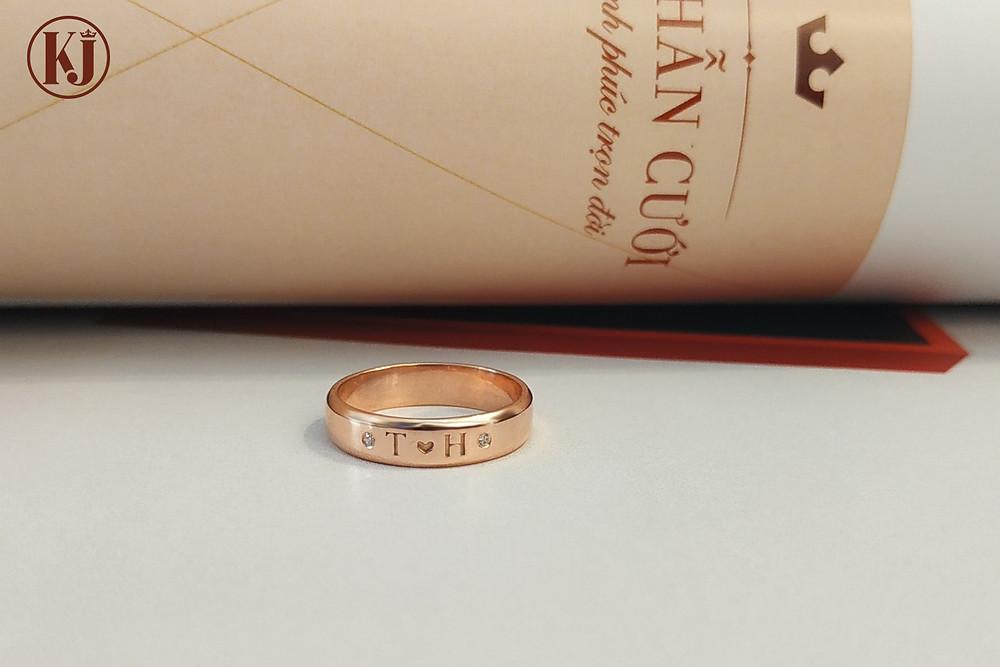 Nhẫn cưới khắc tên với chữ cái đầu tên riêng của cô dâu chú rể