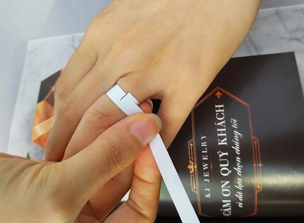 Quấn 1 vòng giấy quanh ngón tay sau đó dùng bút đánh dấu điểm giao nhau