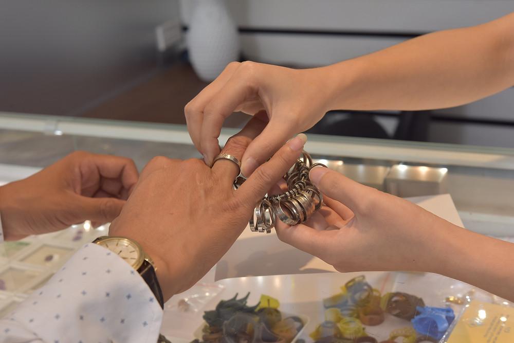 Đo size đặt nhẫn theo đúng size tay là lựa chọn tốt nhất với những quý ông có tay quá nhỏ
