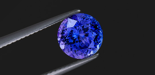 Đá Saphire với sắc xanh đặc trưng