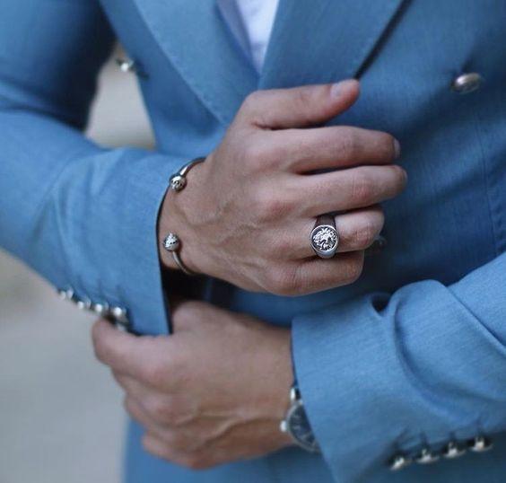 Một chiếc nhẫn nam đơn giản được chế tác tinh xảo là lựa chọn hoàn hảo cho chàng công sở